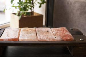 mehrere Salzplanken so angeordnet, dass sie den Grill komplett bedecken können